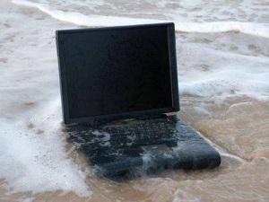 Wet+Laptop Tips Agar Laptop Dapat Terselamatkan Bila Terkena Tumpahan Air